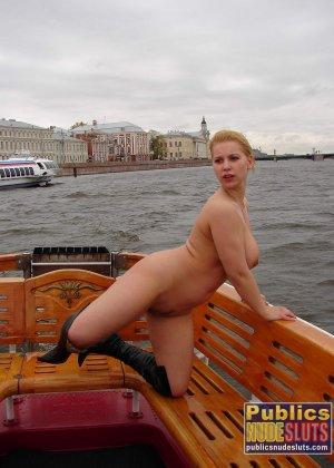 Девушка плавает на теплоходе в Санкт-Петербурге и при этом показывает полностью обнаженное тело - фото 9