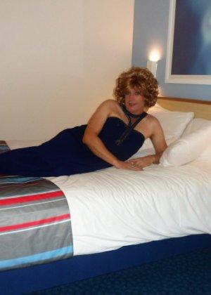 Зрелая женщина в элегантном платье лишь немного показывает эротики, но в основном стесняется - фото 11