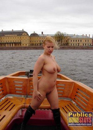 Девушка плавает на теплоходе в Санкт-Петербурге и при этом показывает полностью обнаженное тело - фото 25