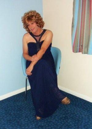 Зрелая женщина в элегантном платье лишь немного показывает эротики, но в основном стесняется - фото 9