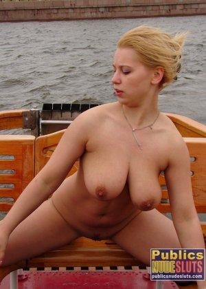 Девушка плавает на теплоходе в Санкт-Петербурге и при этом показывает полностью обнаженное тело - фото 21