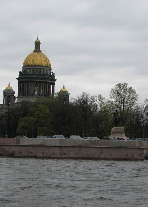 Девушка плавает на теплоходе в Санкт-Петербурге и при этом показывает полностью обнаженное тело - фото 39