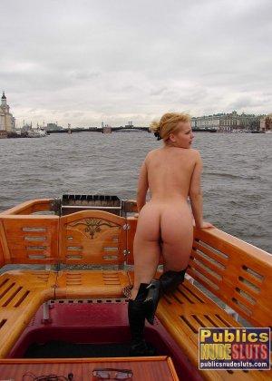 Девушка плавает на теплоходе в Санкт-Петербурге и при этом показывает полностью обнаженное тело - фото 2