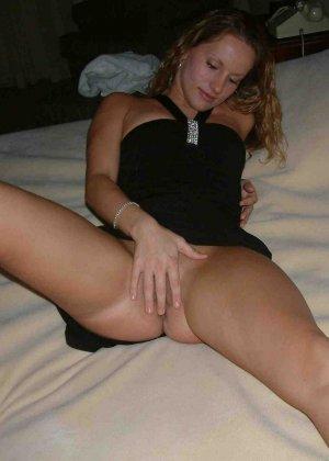 Смелая блондинка позирует в разных ракурсах и даже разрешает снимать себя во время секса - фото 20