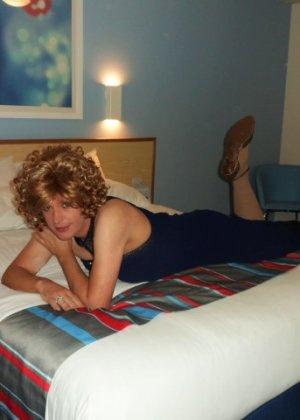 Зрелая женщина в элегантном платье лишь немного показывает эротики, но в основном стесняется - фото 2