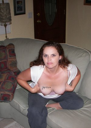 Пышная дамочка готова раздеваться и показывать себя перед камерой - ей это ничего не стоит - фото 2