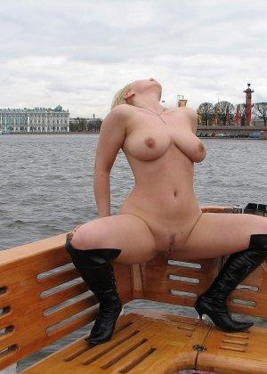 Девушка плавает на теплоходе в Санкт-Петербурге и при этом показывает полностью обнаженное тело - фото 54