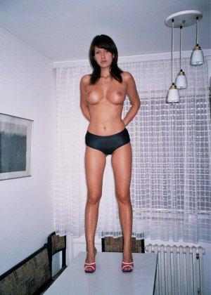 Сексуальная брюнетка Майя показывает стройное тело, принимая самые откровенные позы - фото 27