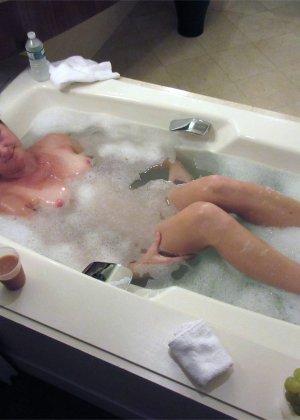 Немолодая женщина любит эксперименты, поэтому не прочь переодеваний и съемки во время секса - фото 12