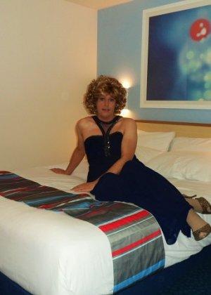 Зрелая женщина в элегантном платье лишь немного показывает эротики, но в основном стесняется - фото 4