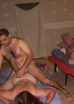 Зрелая парочка решает снять домашнее порно – они меняют разные позы и забывают о стеснении - фото 5