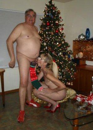 Зрелые парочки встречают Рождество и при этом не стесняются раздеваться перед камерами около елки - фото 24