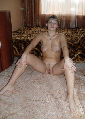 У раскованной блондинки предостаточно фотографий, на которых она показывает всем свое тело - фото 47