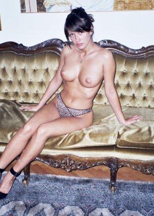 Сексуальная брюнетка Майя показывает стройное тело, принимая самые откровенные позы - фото 20