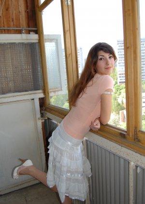 Красивая девушка с большими буферами предпочитает не бриться и показывает свою пизденку - фото 17