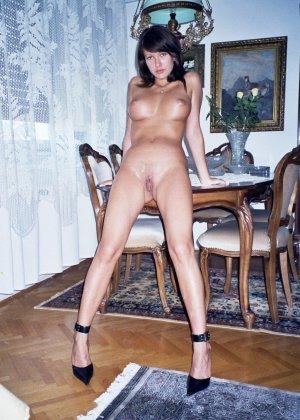 Сексуальная брюнетка Майя показывает стройное тело, принимая самые откровенные позы - фото 43