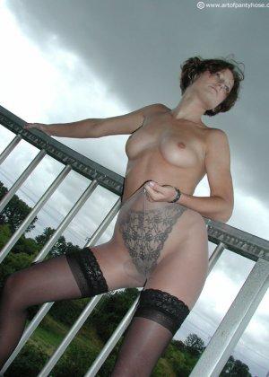 Женщина дразнит своим телом, иногда показывая обнаженные участки – ей нравится быть соблазнительницей - фото 13