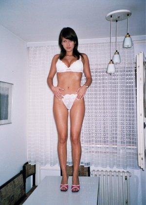 Сексуальная брюнетка Майя показывает стройное тело, принимая самые откровенные позы - фото 7