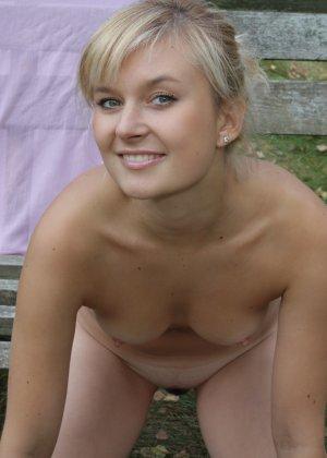 Милая блондинка позирует прямо на природе и не стесняется – ее фигурке можно только позавидовать - фото 62