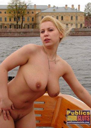 Девушка плавает на теплоходе в Санкт-Петербурге и при этом показывает полностью обнаженное тело - фото 22