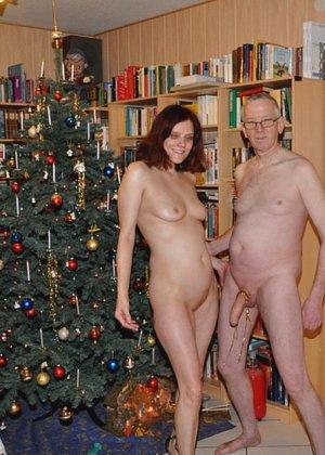 Зрелые парочки встречают Рождество и при этом не стесняются раздеваться перед камерами около елки - фото 8