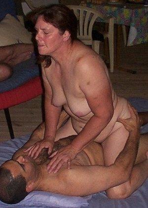 Зрелая парочка решает снять домашнее порно – они меняют разные позы и забывают о стеснении - фото 35