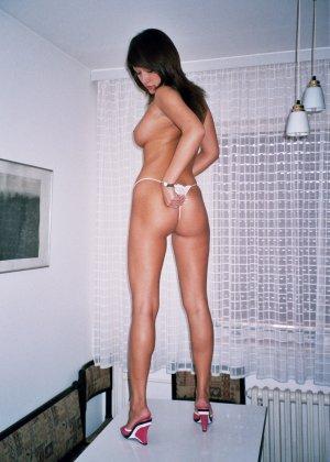 Сексуальная брюнетка Майя показывает стройное тело, принимая самые откровенные позы - фото 11