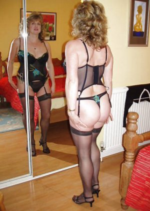 Девушки смотрят на себя в зеркало, оценивают фигуру и дают всем остальным тоже лицезреть себя - фото 6