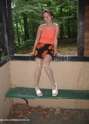 Женщина дразнит своим телом, иногда показывая обнаженные участки – ей нравится быть соблазнительницей - фото 21