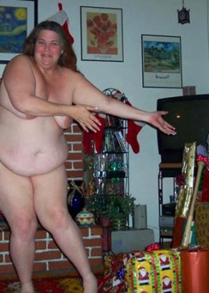 Зрелые пышечки встречают Новый год и упускают возможности показать себя без одежды перед всеми - фото 19