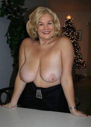 Зрелые пышечки встречают Новый год и упускают возможности показать себя без одежды перед всеми - фото 6