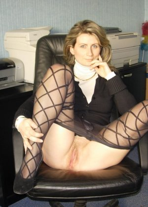 Опытная женщина показывает свои умения владеть оральным мастерством на практике перед камерой - фото 20