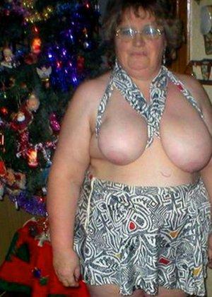Зрелые пышечки встречают Новый год и упускают возможности показать себя без одежды перед всеми - фото 10