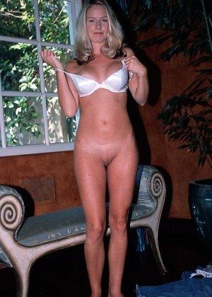Смелая блондинка позирует в разных ракурсах и даже разрешает снимать себя во время секса - фото 3