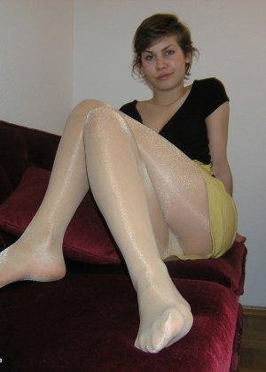 Немецкая студентка Шарлотта немного стесняется, но все же позирует в разной одежде и белье - фото 38
