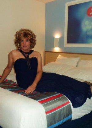 Зрелая женщина в элегантном платье лишь немного показывает эротики, но в основном стесняется - фото 22