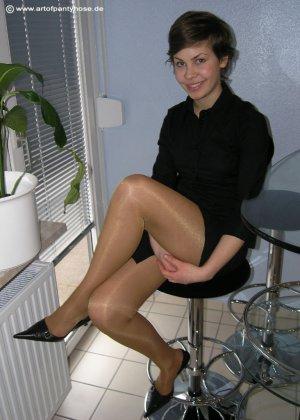 Немецкая студентка Шарлотта немного стесняется, но все же позирует в разной одежде и белье - фото 7