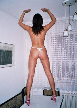 Сексуальная брюнетка Майя показывает стройное тело, принимая самые откровенные позы - фото 13