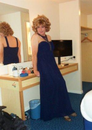 Зрелая женщина в элегантном платье лишь немного показывает эротики, но в основном стесняется - фото 14
