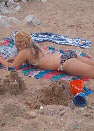 Шальная блондинка любит веселиться и показывать своё тело без одежды, ничего не стесняясь - фото 48