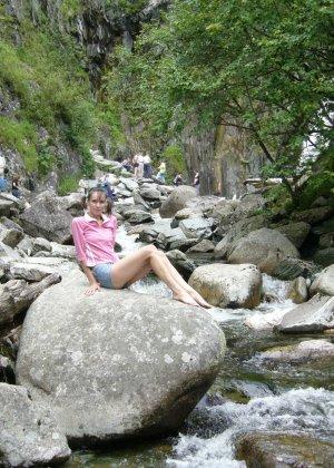 Карина любит путешествовать, но и снимать себя в обнажённом виде ей тоже очень нравится - фото 36