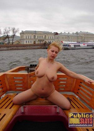 Девушка плавает на теплоходе в Санкт-Петербурге и при этом показывает полностью обнаженное тело - фото 14