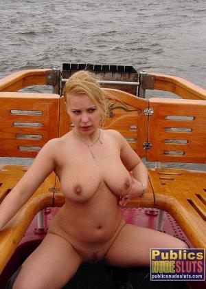 Девушка плавает на теплоходе в Санкт-Петербурге и при этом показывает полностью обнаженное тело - фото 28