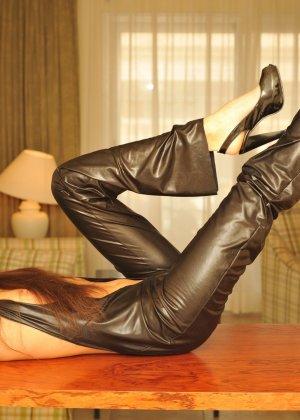 Сексуальная русская кошечка хоть и не обладает грудью, но всё же очень привлекательно выглядит - фото 2