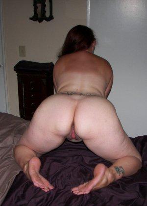 Развратница с аппетитной попкой показывает свой зад, широко расставляя ноги перед камерой - фото 5