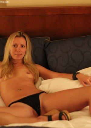 Красивая блондинка раздвигает ноги перед камерой, снимая трусики, и дает разглядеть все щелочки - фото 9