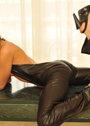 Сексуальная русская кошечка хоть и не обладает грудью, но всё же очень привлекательно выглядит - фото 34