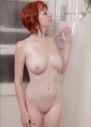 Рыжая девушка принимает душ в одежде - фото 6