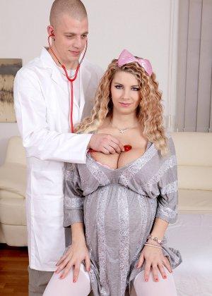 Беременная толстушка приходит на прием к врачу, а в итоге оказывается у него на члене сверху - фото 9