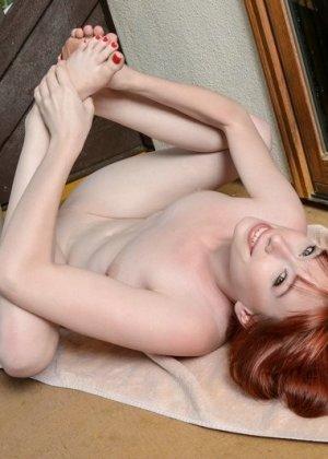 Мастурбация голой рыжей красотки - фото 6